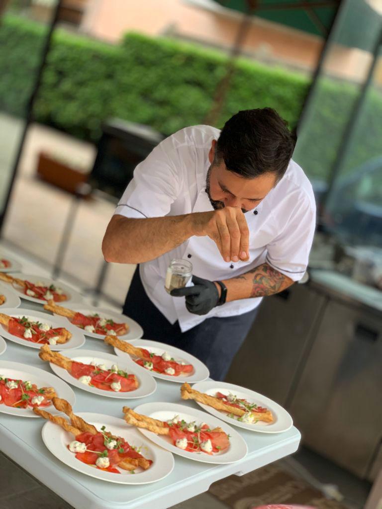 Lo Chef Andrea Lettica alle prese con la prima portata del menu