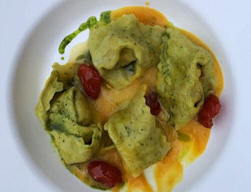 Tortelloni con sfoglia al basilico ripieni di mozzarella di bufala e pomodorini confit