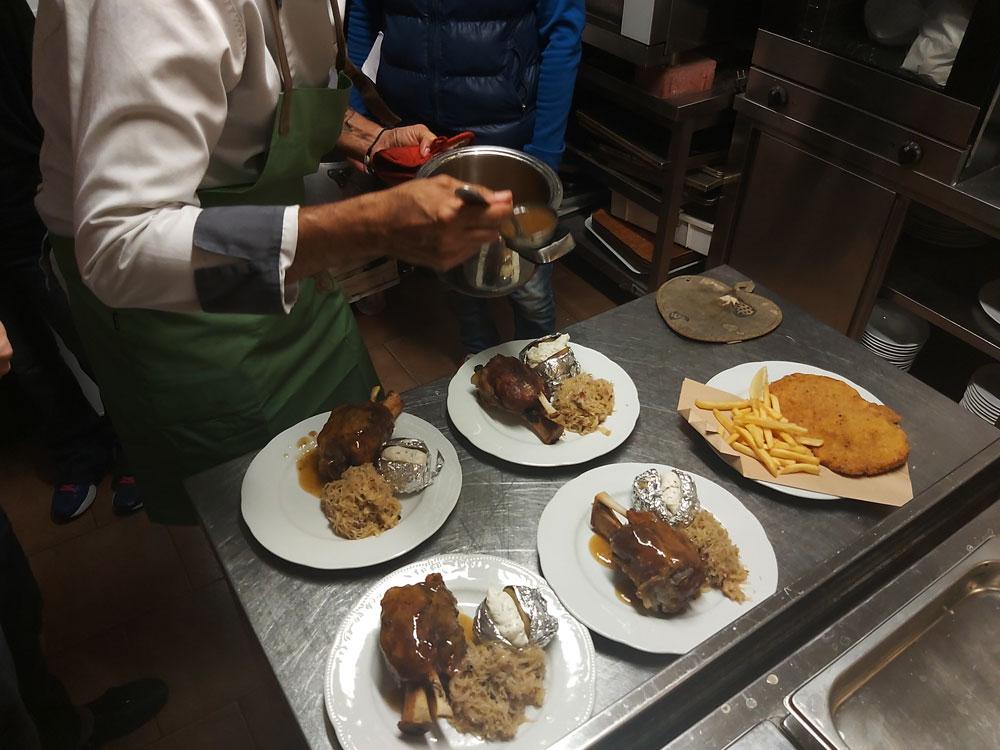 Lo Chef Andrea Lettica prepara i piatti per l'evento Bieramour Fest